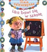 Liza bawi się w szkołę. Mała dziewczynka