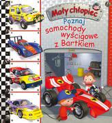 Mały chłopiec Poznaj samochody wyścigowe z Bartkiem.
